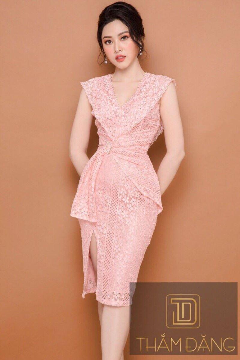Đầm ren hồng xẻ tà