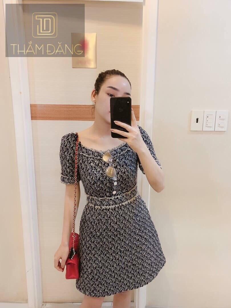 Đầm xoè cổ vuông