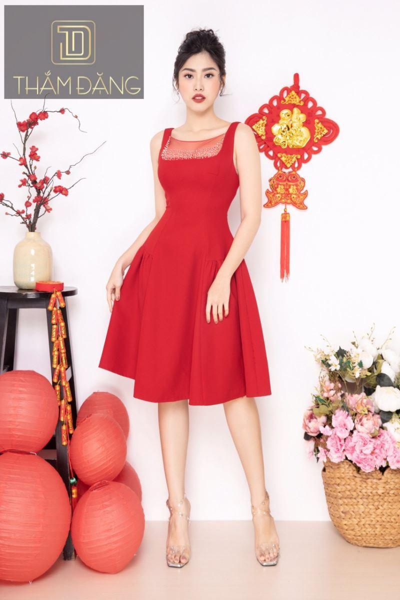 Kiểu váy gam màu đỏ nổi bật