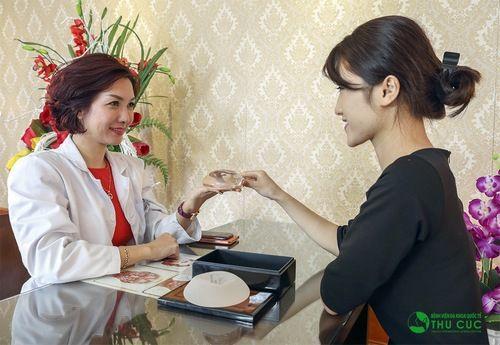 Khách hàng được thăm khám, tư vấn và kiểm tra trực tiếp chất liệu túi độn ngực