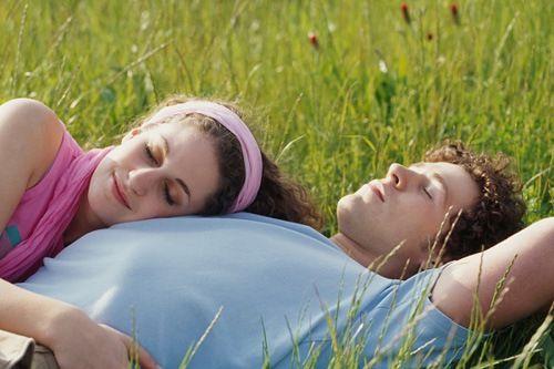Tình dục cải thiện tâm trạng, giải tỏa ức chế và giúp con người vui vẻ hơn.