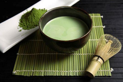 Rót dần dần lượng trà đều vào mỗi chén